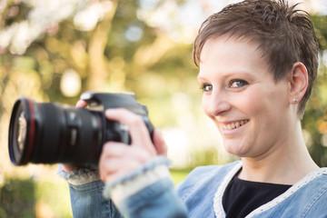 Fotografin outdoor lachend