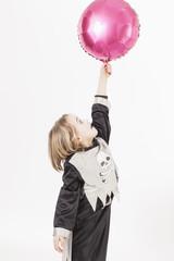 Junge im Kostüm mit Ballon, Portrait
