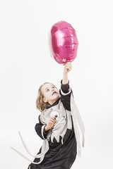 Junge im Kostüm mit Ballon