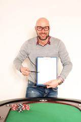 Mann mit Schreibbrett vor Pokertisch