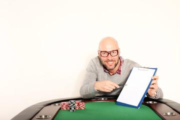 Mann mit Schreibbrett am Pokertisch