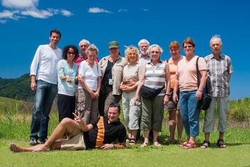 Fröhliche Reisegruppe - jung und alt