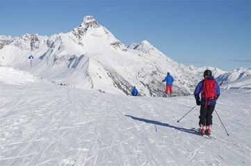 Skifahrer fahren Piste, Richtung Biberkopf (Berg)