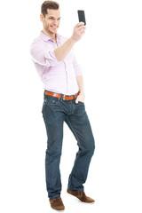 Junger Mann mach Selfie mit Smartphone