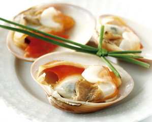 A plate of fresh clams