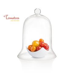 Schale mit Tomaten unter einer Glasglocke