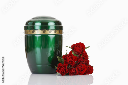bestattungsurne gr ne urne aus metall mit roten rosen stockfotos und lizenzfreie bilder auf. Black Bedroom Furniture Sets. Home Design Ideas