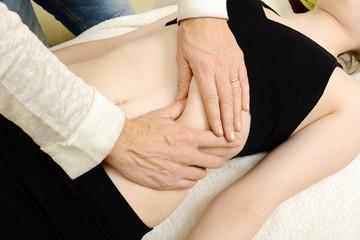 Heilpraktiker behandelt Bauch mit Osteopathie