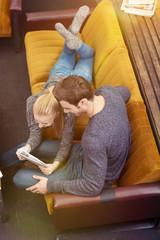 glückliches paar liegt entspannt auf dem sofa