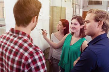 gruppe diskutiert ideen am flipchart