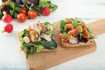 fette di pane con insalata pomodori e tonno