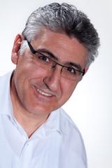 Geschäftsmann mit Brille im Portrait lächelt