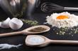 Gewürze Kräuter Ei und Mehl auf Granitplatte