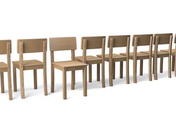Reihe Holzstühle, ein Stuhl ungedreht