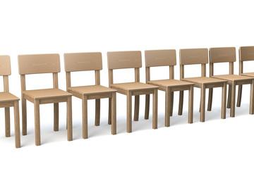 Reihe Holzstühle