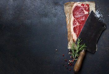 In de dag Steakhouse vintage cleaver and raw beef steak