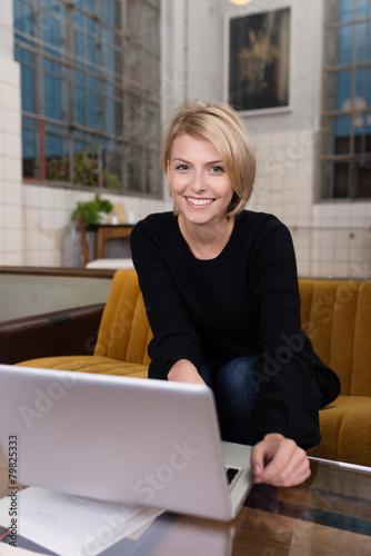 junge frau zu hause suft im internet stockfotos und. Black Bedroom Furniture Sets. Home Design Ideas