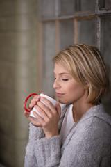 frau trinkt kaffee mit geschlossenen auge