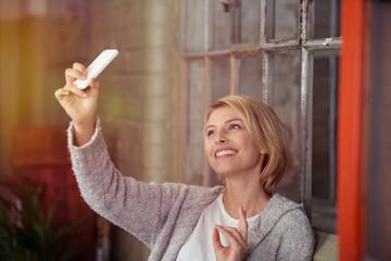 junge frau macht ein foto mit ihrem handy