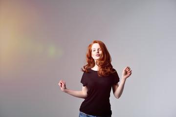 frau mit roten haaren tanz vor der kamera