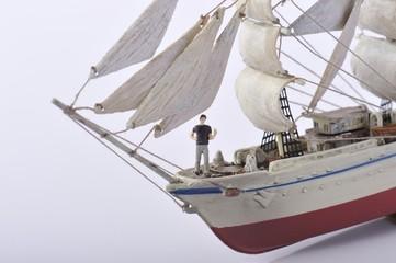 希望を持って船に乗っているビジネスマン