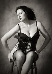 Женщины в чулках на стуле фото 91-980