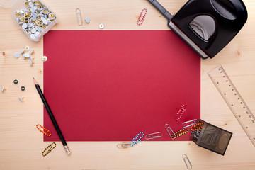 Büromaterial auf dem Schreibtisch