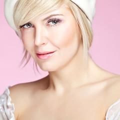 Portrait sexy blonde, pink backgrround