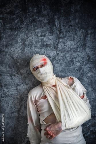 Например, перелом руки может произойти из-за сильной нехватки кальция, отвечающего за уровень крепости костей.