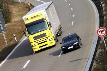 Fototapete - Auto überholt LKW