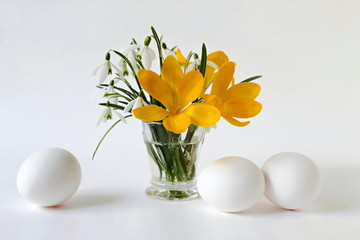 Easter decoration with eggs and spring flowers.