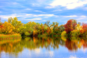 Photo sur Plexiglas Automne Nice autumn scene on lake