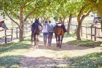 Junges Paar, mit Pferden am Paddock