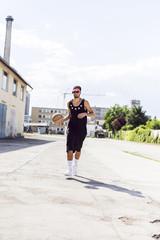 Junger Mann läuft mit Basketball