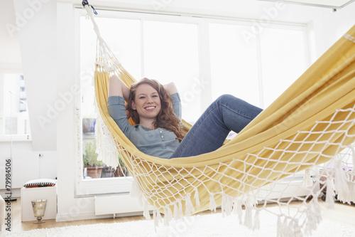 l chelnde frau entspannt in einer h ngematte in ihrer wohnung stockfotos und lizenzfreie. Black Bedroom Furniture Sets. Home Design Ideas
