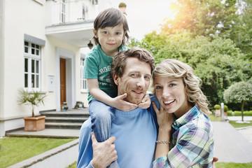 Deutschland, Heese, Frankfurt, Junge Familie vor der Villa