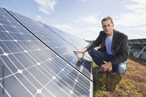 Solaranlagen München deutschland münchen mann berührt solar panel in solaranlage