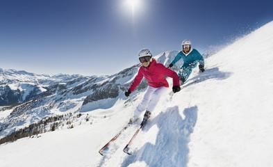 Österreich, Salzburg, Junges Paar, Ski fahren in den Bergen