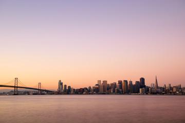 USA, Kalifornien, San Francisco, Oakland Bay Bridge und die Skyline von Bankenviertel im Morgenlicht