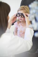 Augenarzt untersucht Mädchen