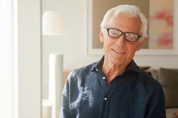 Portrait der lächelnden älteren Mann mit Brille