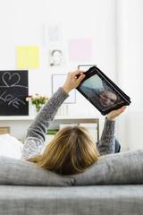 Deutschland, Bayern, München, junge Frau mit Tablet-PC