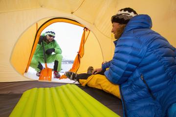 Norwegen, Lyngen, Skifahrer im Zelt, lächeln