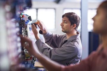 Elektriker arbeitet mit Schraubendreher