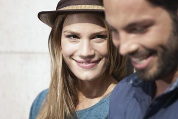 Deutschland, Köln, junges Paar lächelnd