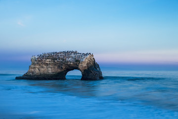 USA, Kalifornien, Santa Cruz County, Big Sur, Pazifik, Natural Bridges State Beach, Natural Bridge, Blaue Stunde