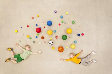 Kinder mit bunten Bällen