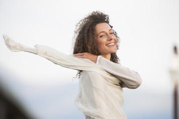 Südafrika, Junge Frau lächelnd, mit Schal