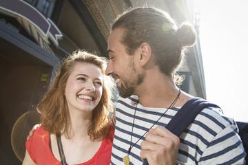 Deutschland, Berlin, junges Paar zu Fuß auf der Strasse