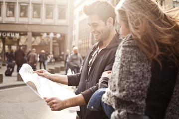 Deutschland, Köln, junges Paar mit Stadtplan